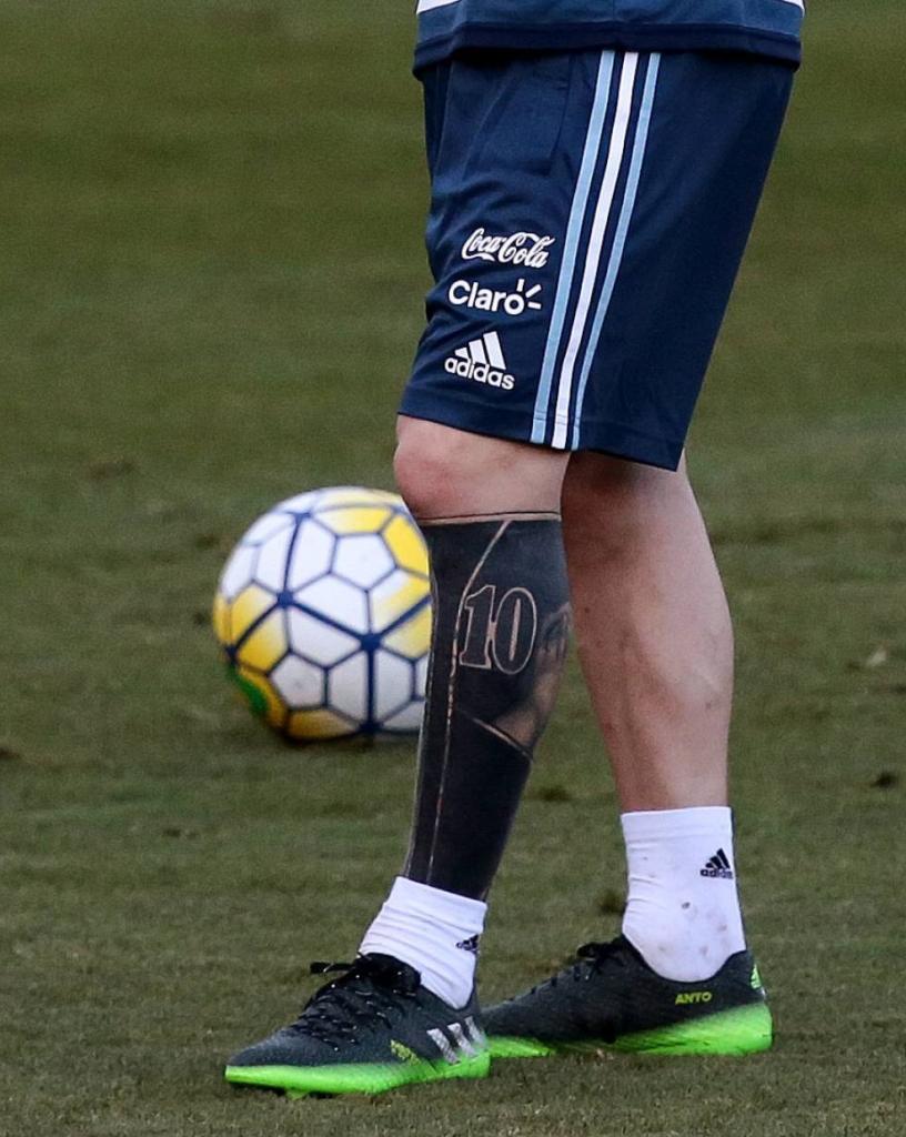 メッシの左足。真っ黒なタトゥー(左側)